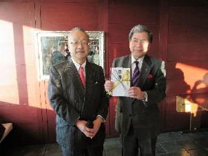 齋藤  代表理事・会長から蒲島  熊本県知事に目録贈呈
