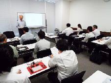 電気回路教室の会場と講師の河崎氏