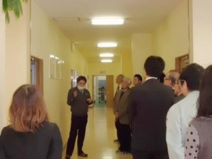 ㈱インターテック熊本事業所で説明する山田所長
